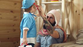 Arts die kind in het ziekenhuis onderzoeken Arts en Pati?nt Gelukkige leuke baby bij gezondheidsexamen Geneeskunde en gezondheids stock video
