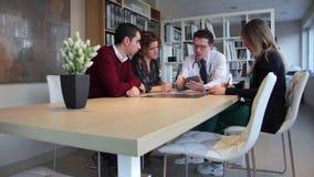 Arts die medische kenmerkend tonen om in elektronische tablet te koppelen stock video