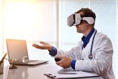 Arts die met 3d inhoud met virtuele glazen in offic interactie aangaan Stock Afbeelding