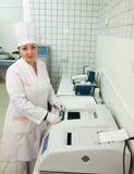 Arts die met de Analysator van de Biochemie werkt stock foto
