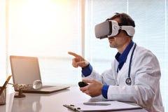 Arts die met glazen van de inhouds 3d en virtuele werkelijkheid interactie aangaan Royalty-vrije Stock Afbeelding