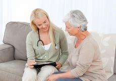 Arts die met haar patiënt spreekt stock foto's