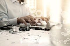 Arts die met laptop computer in medisch werkruimtebureau werken Stock Afbeelding