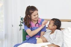 Arts die met liefdemeisje geven in het ziekenhuis Stock Afbeelding