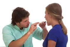Arts die met patiënt spreken Stock Foto's