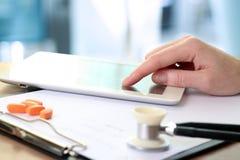 Arts die met tabletcomputer werkt oranje pillen, prescriptio Stock Afbeelding