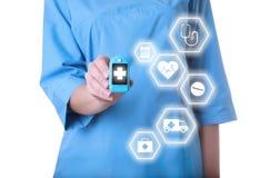 Arts die modern medisch apparaat en informatiepictogrammen houden royalty-vrije stock foto's