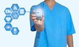 Arts die modern medisch apparaat en informatiepictogrammen op witte achtergrond houden stock afbeeldingen