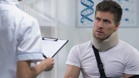 Arts die ontvangstbewijs geven aan de mens in schuimkraag en wapenslinger, dure behandeling stock video