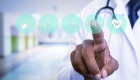 Arts die onzichtbare knoop met gezondheidstekst drukken op het scherm stock afbeeldingen