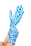Arts die op beschermende blauwe handschoenen zetten stock fotografie