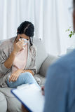 Arts die op klembord schrijven terwijl het raadplegen van zwangere vrouw Stock Foto