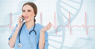 Arts die op mobiele telefoon tegen medische achtergrond spreken Stock Afbeelding