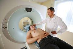 Arts die patiënt behandelt stock foto's
