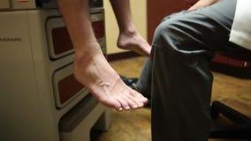 Arts die patiënt raadplegen stock videobeelden