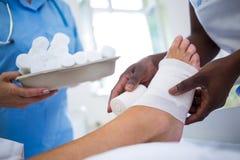 Arts die patiëntenbeen verbinden Stock Fotografie