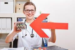 Arts die pijl richten aan medisch Royalty-vrije Stock Afbeeldingen