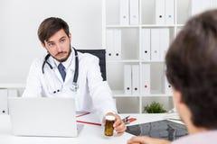 Arts die pillen geeft stock foto's