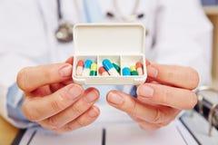 Arts die pillenautomaat met medicijn tonen Royalty-vrije Stock Afbeelding