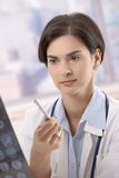Arts die röntgenstraal onderzoekt Stock Foto