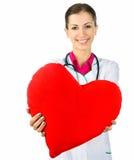 Arts die rode hartsymbo behandelt Stock Afbeeldingen