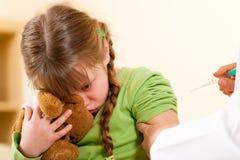 Arts die spuit toepast op kind - Pediater Royalty-vrije Stock Foto's