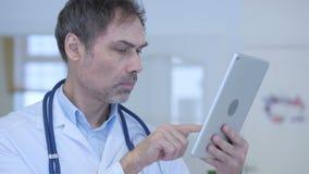 Arts die tabletpc voor online het doorbladeren met behulp van stock video