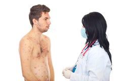 Arts die temperatuur vergt aan ziek mannetje Stock Foto