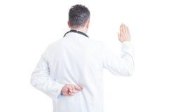 Arts die valse eed met gekruiste vingers maken achter rug Stock Afbeelding