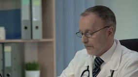 Arts die van Medische Wetenschap onlangs uitgevonden geneeskunde toevoegen aan medisch gegevensbestand stock videobeelden