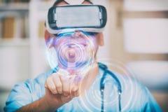 Arts die virtuele werkelijkheidshoofdtelefoon met behulp van stock foto's