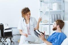 Arts die VR verklaren aan patiënt stock foto's
