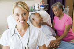 Arts die Vrolijk in de Zaal van het Ziekenhuis kijkt Stock Afbeeldingen