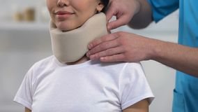 Arts die vrouwelijke geduldige schuim cervicale kraag op hals, comfort, geneeskunde toepassen stock video
