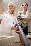 Arts die Vrouwelijke Patiënt op Tredmolen controleert Royalty-vrije Stock Afbeeldingen