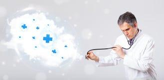 Arts die wolk met medische tekens luisteren samen te vatten Royalty-vrije Stock Fotografie