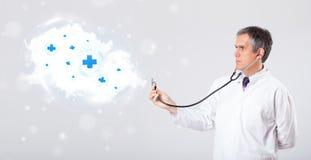 Arts die wolk met medische tekens luisteren samen te vatten stock foto's
