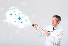 Arts die wolk met medische tekens luisteren samen te vatten Royalty-vrije Stock Foto's