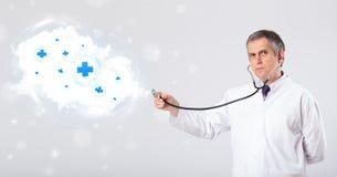 Arts die wolk met medische tekens luisteren samen te vatten stock afbeelding