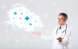 Arts die wolk met medische tekens luisteren samen te vatten Royalty-vrije Stock Foto