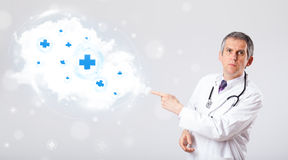 Arts die wolk met medische tekens luisteren samen te vatten Stock Afbeeldingen