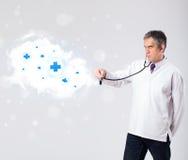 Arts die wolk met medische tekens luisteren samen te vatten royalty-vrije stock afbeeldingen