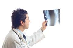 Arts die x-ray aftasten onderzoekt Stock Afbeelding