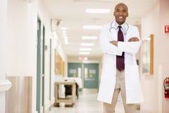 Arts die zich in een Gang van het Ziekenhuis bevindt stock fotografie