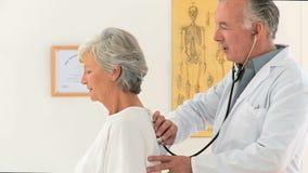 Arts die zijn patiënt bezoeken stock video