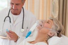 Arts die zijn patiënt onderzoekt Royalty-vrije Stock Afbeeldingen