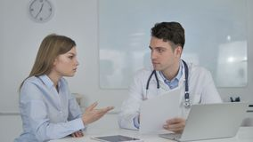 Arts Discussing Medical Documents met Patiënt stock footage