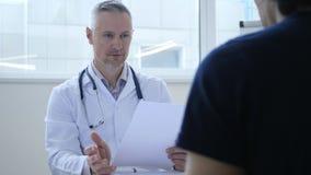 Arts Discussing Patient Health en Medisch Rapport stock foto's