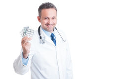 Arts of dokter holding en het tonen van pillentabletten stock afbeeldingen