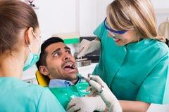 Arts en bang gemaakte patiënt bij kliniek Stock Afbeeldingen